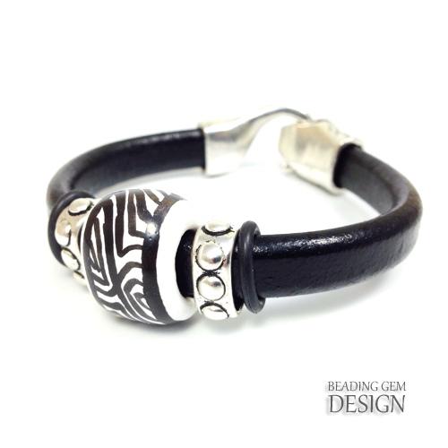 black kazuri slider leather bracelet_LOGO